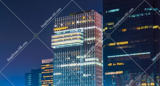 夜の九龍灣の高層ビル