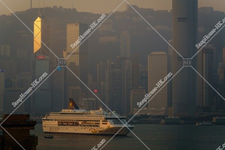 朝のセントラル(中環)の高層ビル群と豪華客船 その①