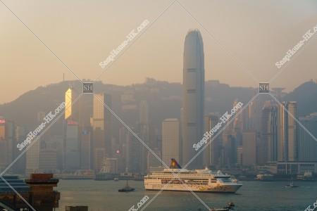 朝のセントラル(中環)の高層ビル群と豪華客船 その②