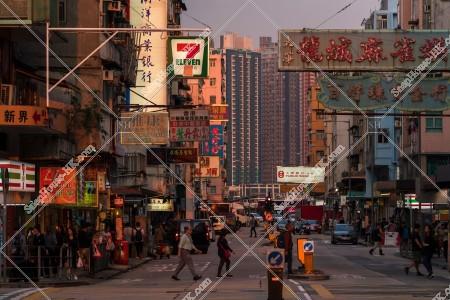 九龍城の夕方の街並みと看板 その④