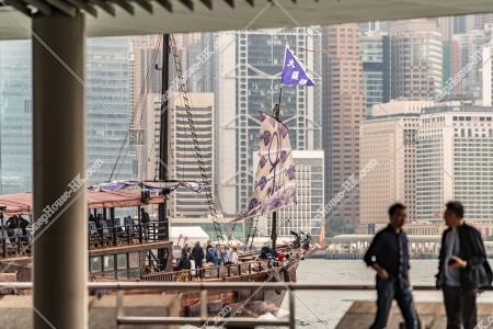 尖沙咀の九龍公衆フェリー乗り場と観光船